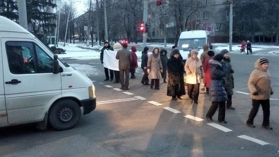 Протестна акція. У Кривому Розі мешканці 44-го кварталу перекрили дорогу та вимагали відновити теплопостачання